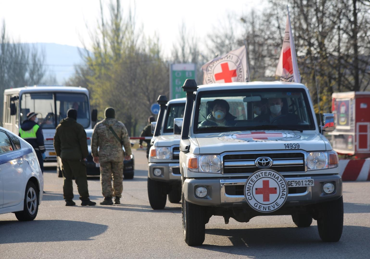 أفراد من اللجنة الدولية للصليب الأحمر يشرفون على عملية لتبادل الأسرى في دونباس 16 أبريل 2020