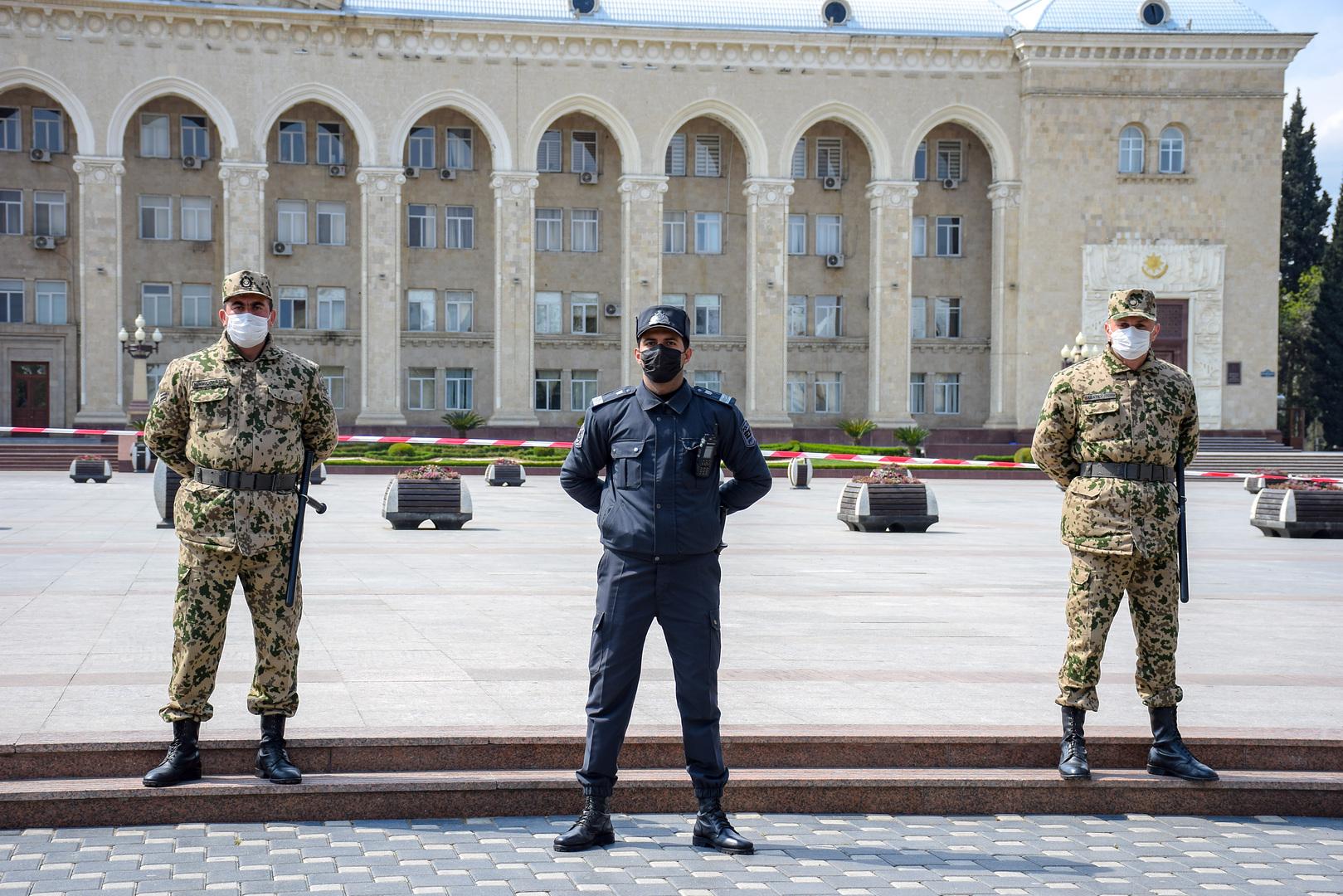 عناصر من الأمن الأذربيجاني في مدينة كنجه، ثاني أكبر مدن البلاد