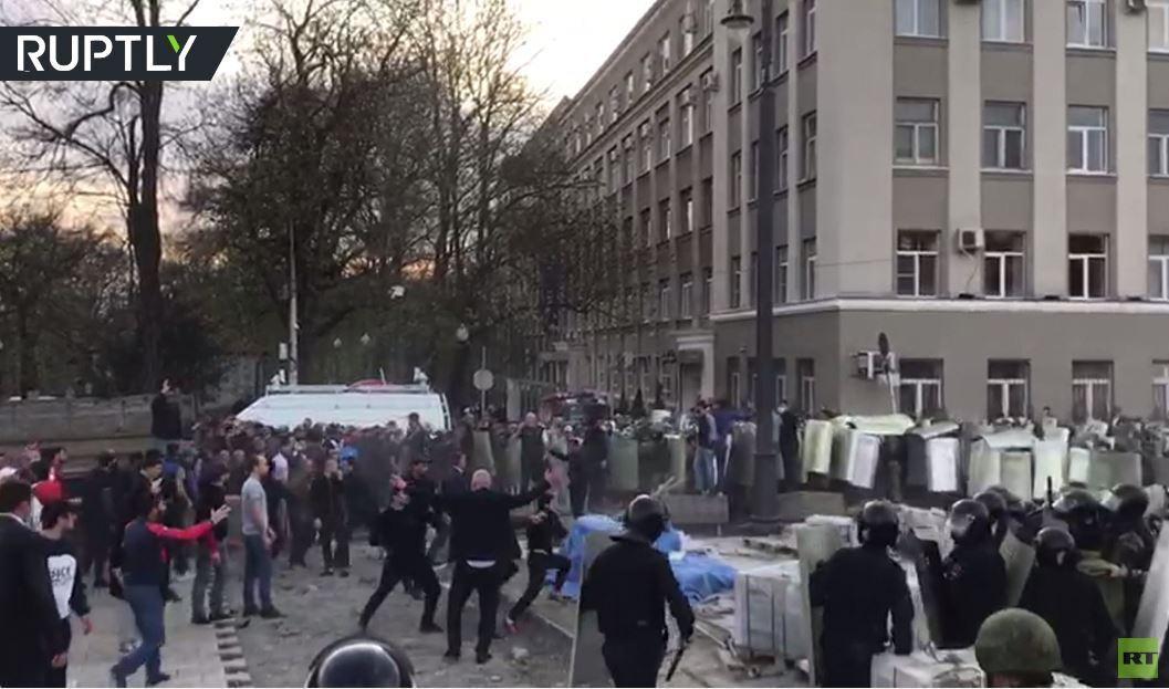 بالفيديو.. مواجهات بين الشرطة المحتجين ضد الحجر المنزلي في فلاديقوقاز الروسية