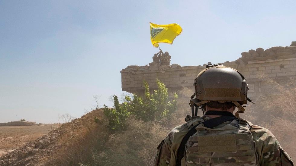 جندي أمريكي يقف أمام مقاتلين تابعين لـ