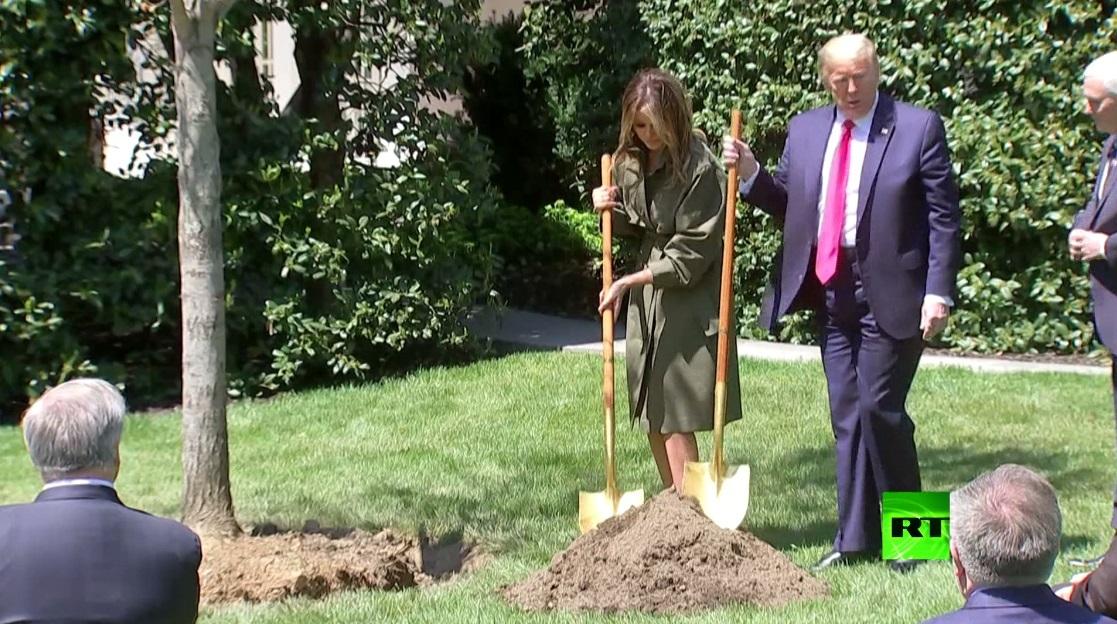 في يوم الأرض.. ترامب وميلانيا يخرقان قواعد التباعد الاجتماعي