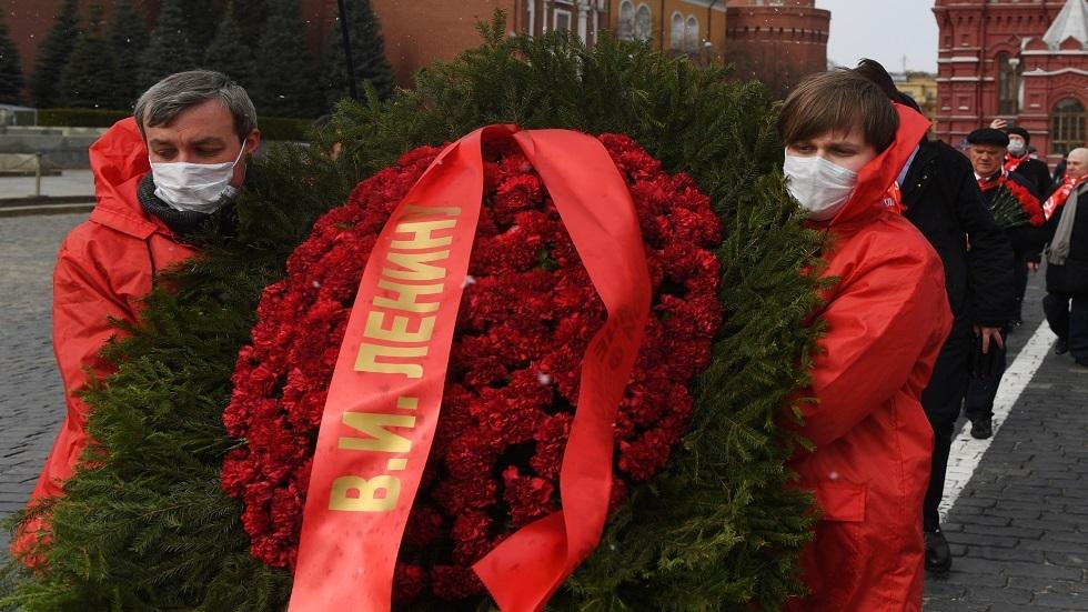 قادة الحزب الشيوعي الروسي يضعون أكاليل الزهور على ضريح لينين