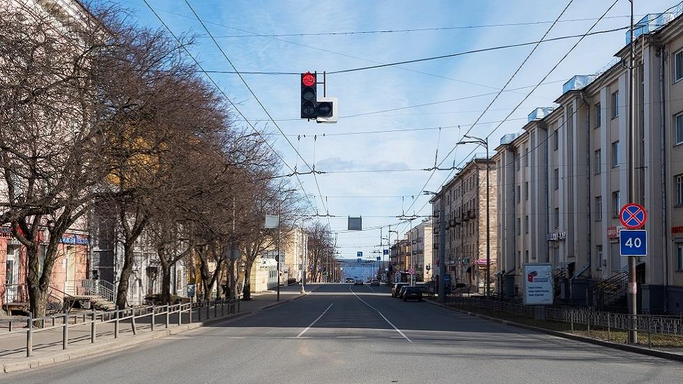 شارع خال من الناس بسبب إجراءات العزل الذاتي في  بيتروزافودسك، عاصمة جمهورية كاريليا الروسية