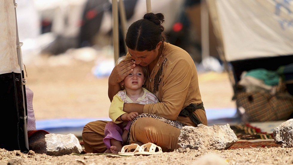 لاجئة أيزيدية من سنجار شمالي العراق مع طفلتها في مخيم قرب القامشلي (صورة أرشيفية)