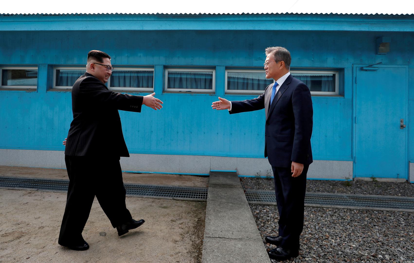 كيم ومون خلال المصافحة التاريخية في المنطقة منزوعة السلاح