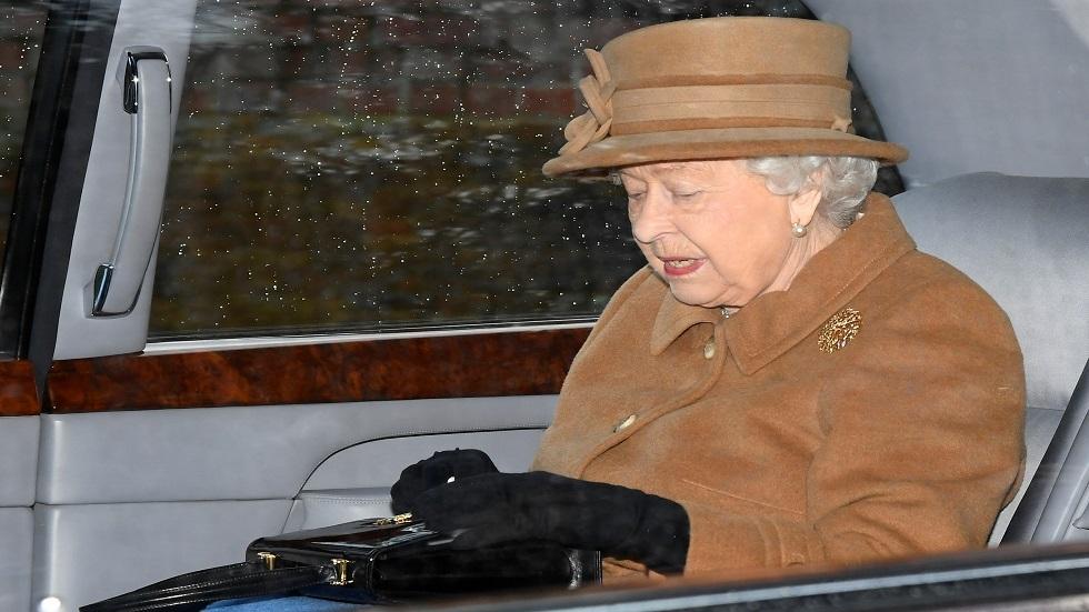 رسائل سرية من الملكة لموظفيها باستخدام حقيبة اليد وخاتم الزواج