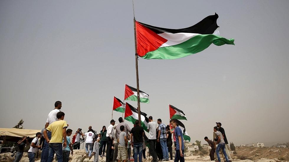 شبان يرفعون الأعلام الفلسطينية في الضفة الغربية - أرشيف