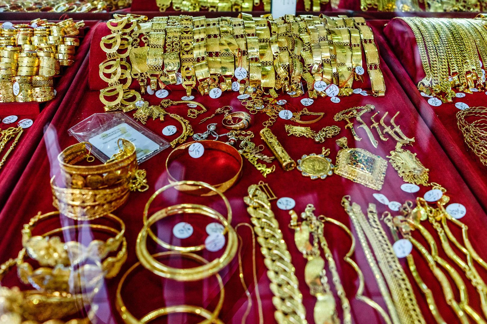 هبوط الذهب مع ضعف الإقبال على الأصول عالية المخاطر وسط آمال تخفيف إجراءات العزل