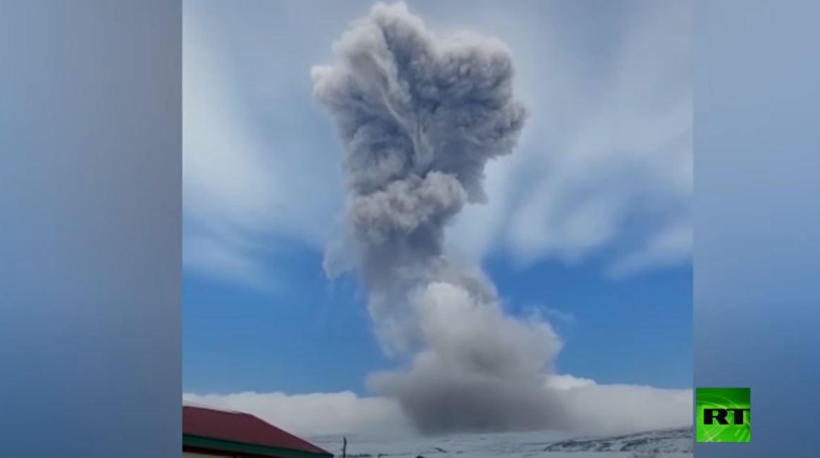 شاهد.. رماد بركاني يغطي إحدى بلدات جزر الكوريل