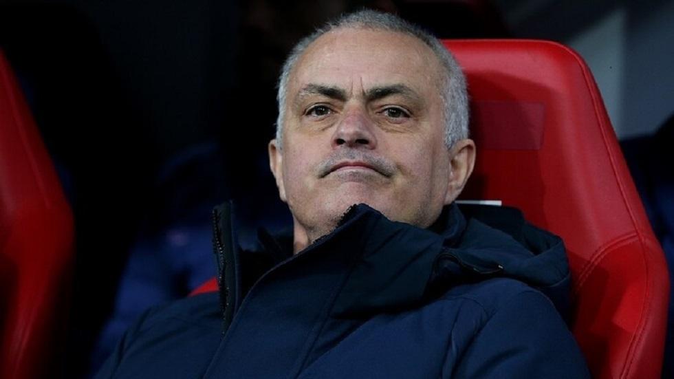 مورينيو يكشف موقفه من عودة مباريات الدوري الإنجليزي