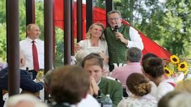 وزيرة خارجية النمسا التي رقصت مع بوتين تعرضت للضرب من زوجها!
