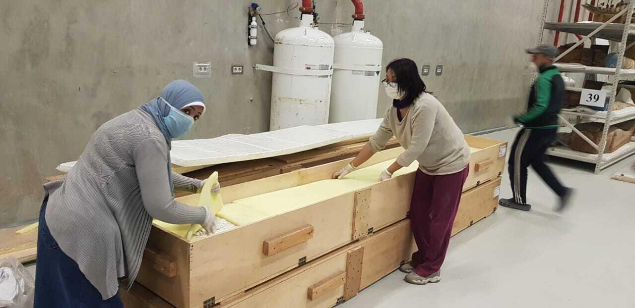 المتحف المصري الكبير يستقبل 42 قطعة خشبية من مركب خوفو الثانية (صور)