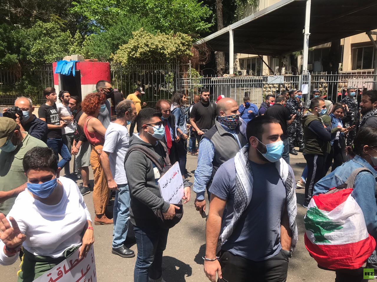 احتجاجات أمام البرلمان وقصر العدل في بيروت (فيديو)