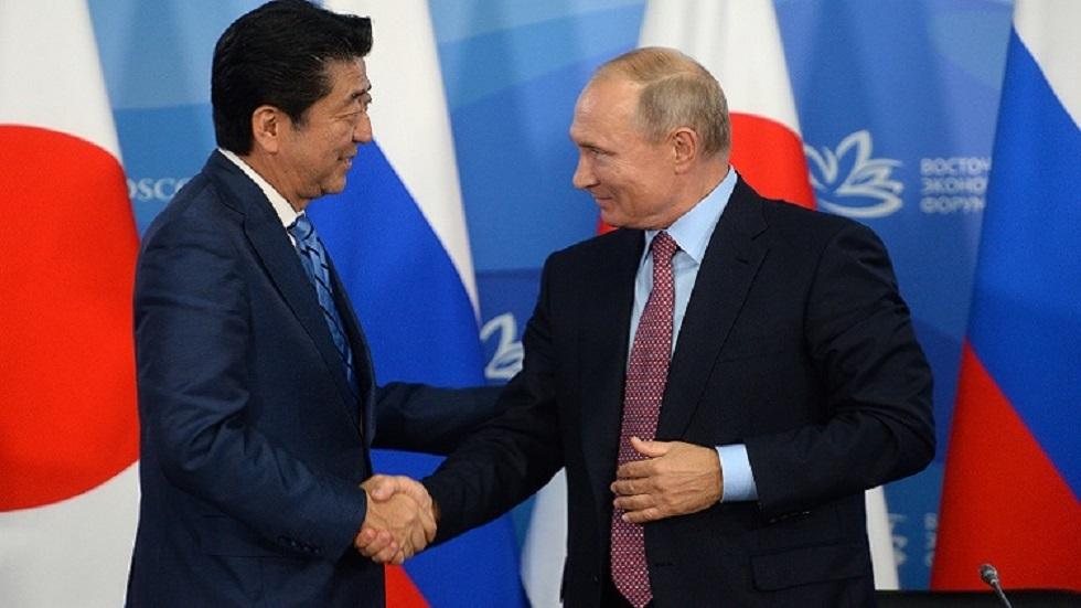 الرئيس الروسي فلاديمير بوتين ورئيس الوزراء الياباني شينزو آبي (صورة أرشيفية)