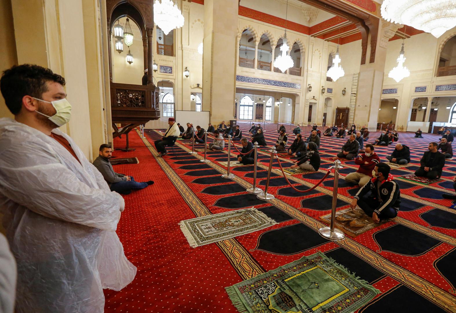 مصلون في مسجد محمد الأمين، بيروت
