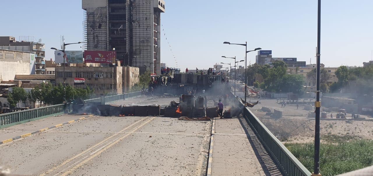 الاحتجاجات تتجدد في بغداد بعد ليلة حرق مقار حزبية في محافظات جنوبية