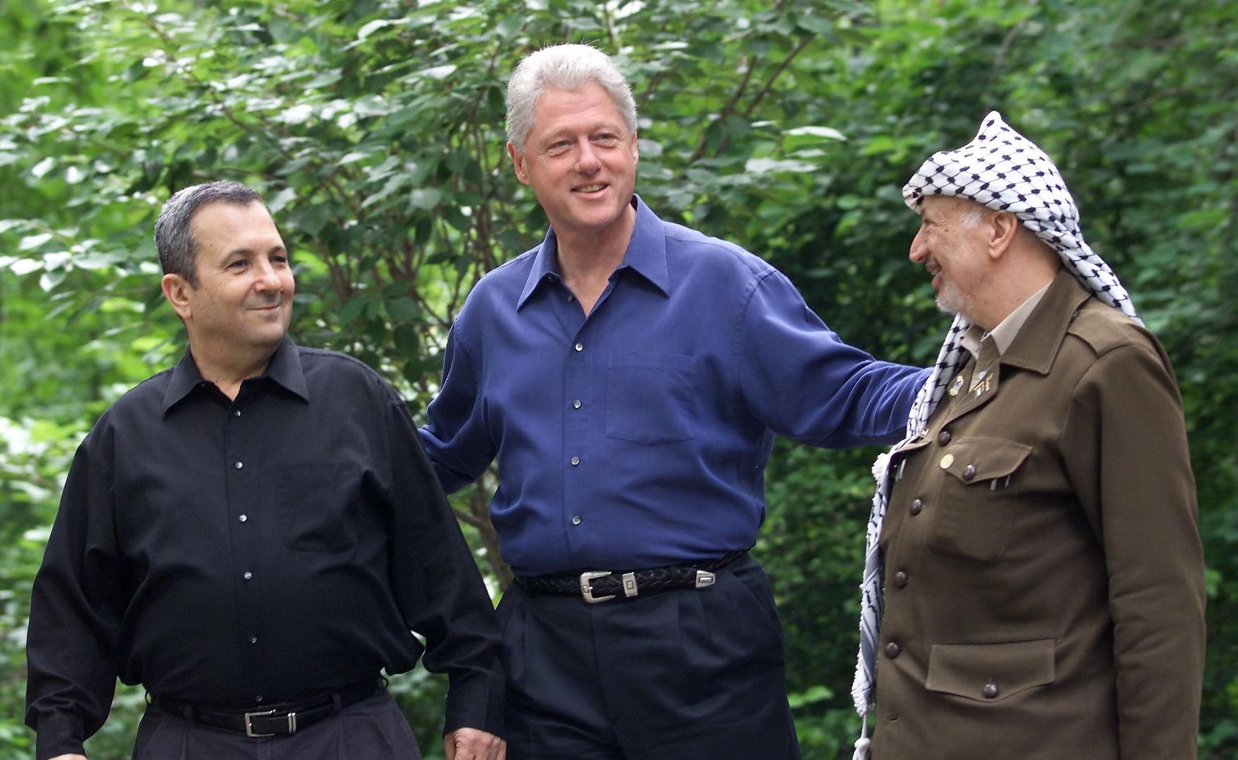 لقاء رئيس الوزراء الإسرائيلي إيهود باراك والرئيس الفلسطيني ياسر عرفات والرئيس الأمريكي بيل كلينتون في كامب ديفيد بالولايات المتحدة عام 2000