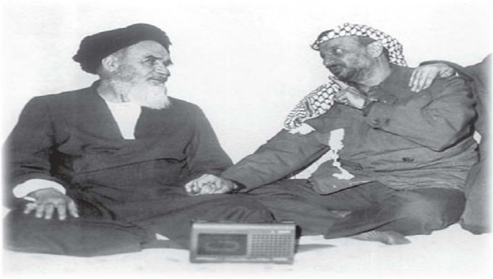 صورة تاريخية للزعيم الفلسطيني الراحل ياسر عرفات مع قائد الثورة الإسلامية في إيران آية الله الخميني