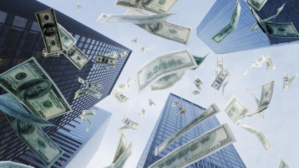 الدولار ينخفض لكنه يتجه نحو تسجيل مكاسب أسبوعية