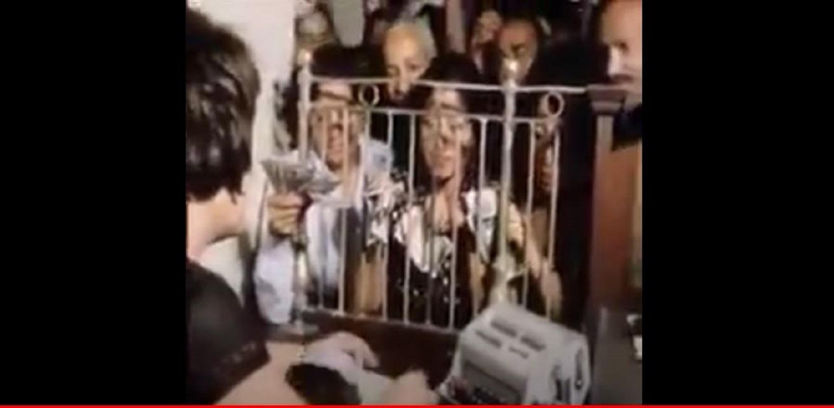 مواطنون مصريون يتبرعون لدعم الدولة والجيش بعد يومين من بدء حرب أكتوبر عام 1973