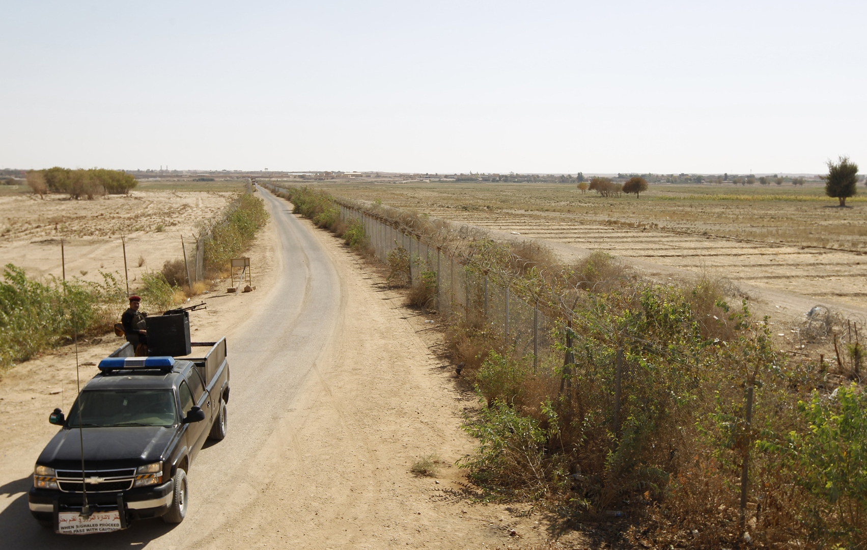 شرطي عراقي عند الحدود مع منطقة البوكمال السورية