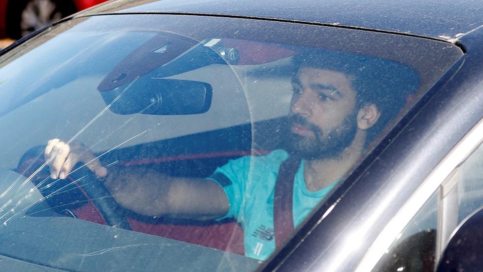 شاهد.. الزجاج الأمامي المكسور لسيارة محمد صلاح يثير قلق محبيه (فيديو وصور)