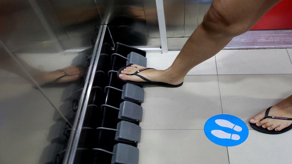 ابتكار فريد يغني المتسوقين في تايلاند عن استخدام أيديهم في المصاعد
