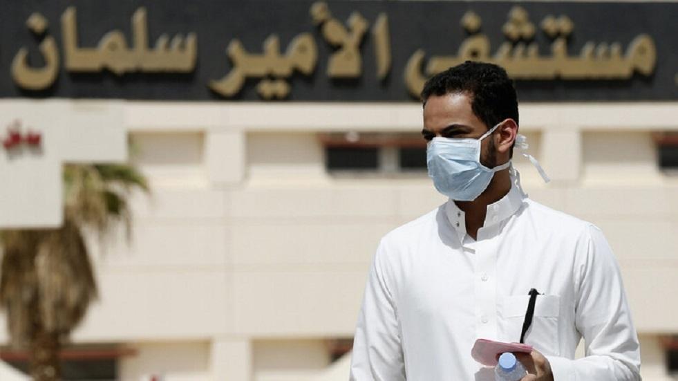 السعودية.. فصل طبيب مصاب بكورونا خالف قرارات منع الاختلاط