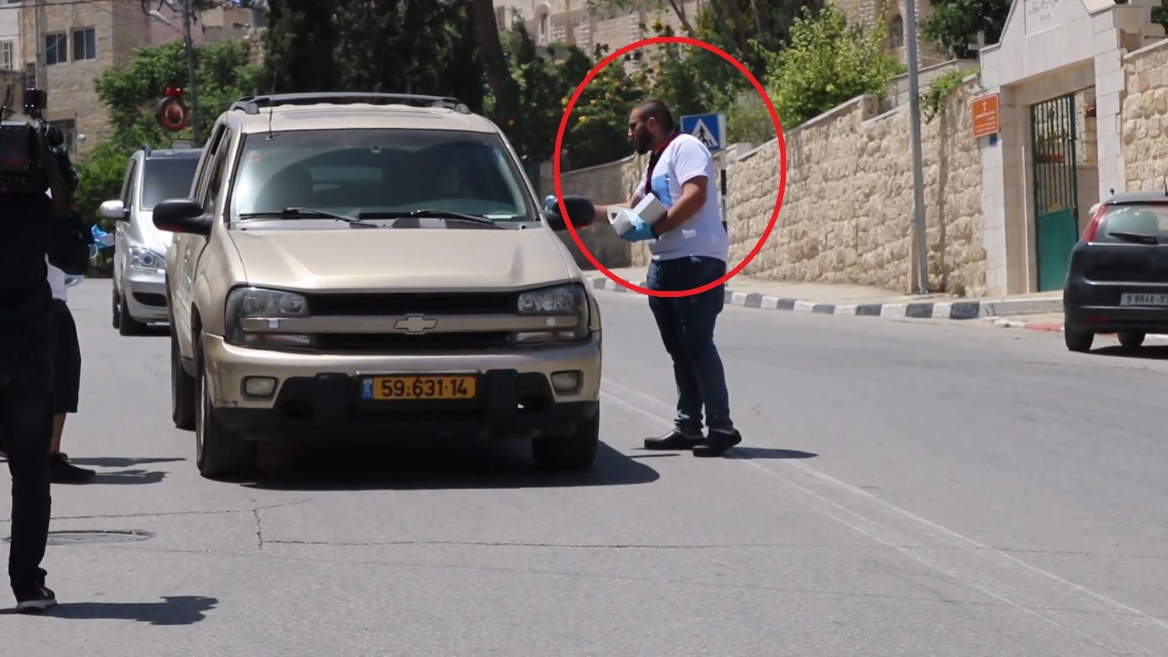 فلسطين.. متعافون من كورونايوزعون معدات واقية لزيادة الوعيوبعضهم من دون كمامات!