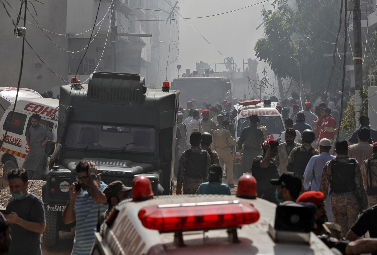 تحطم طائرة ركاب باكستانية في منطقة مأهولة قرب مطار كراتشي