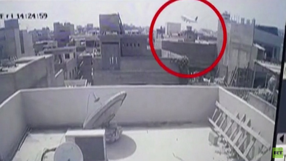 تحطم طائرة باكستانية قرب مطار كراتشي