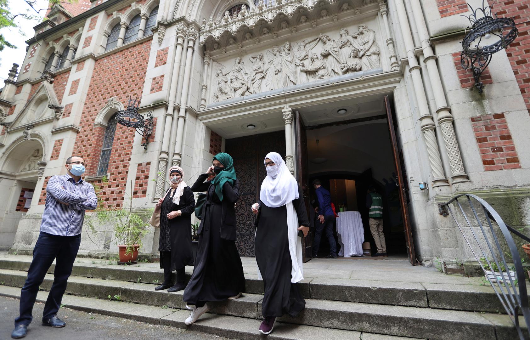 بالصور.. كنيسة في برلين تستضيف المسلمين لأداء الصلاة في ظل كورونا