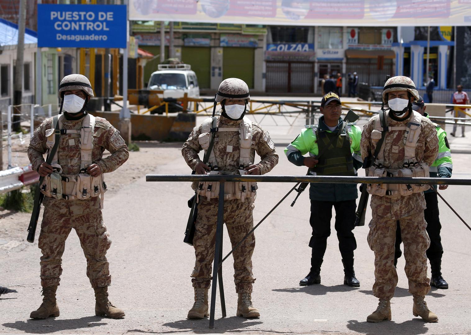 عناصر من الجيش البيروفي على الحدود مع بوليفيا