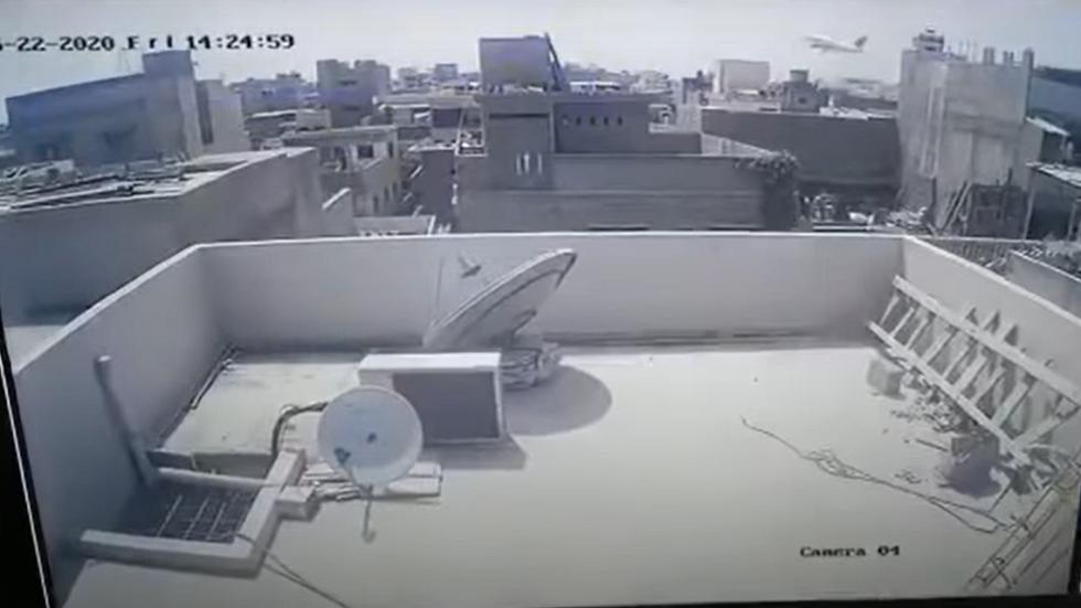 لحظة سقوط الطائرة الباكستانية المنكوبة