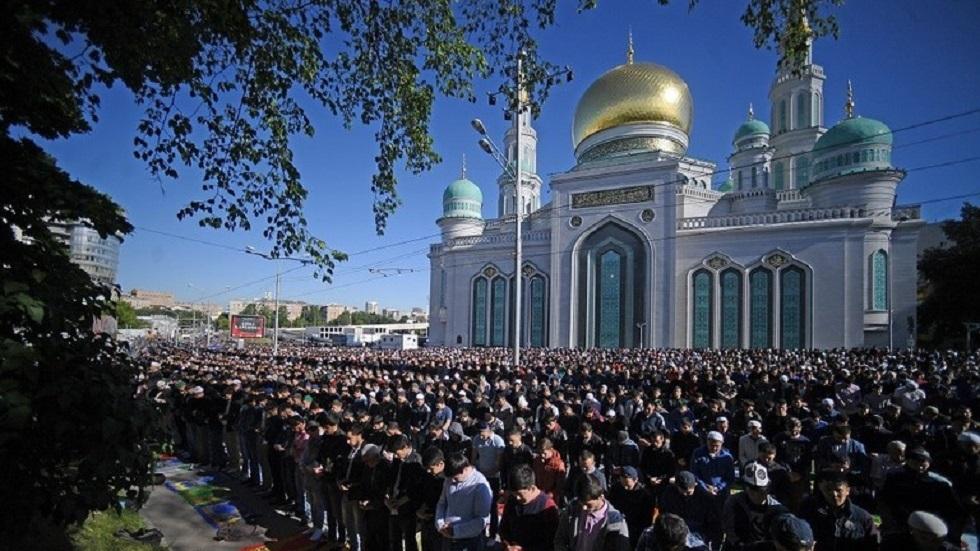المسلمون في موسكو أمام جامع العاصمة الكبير - أرشيف