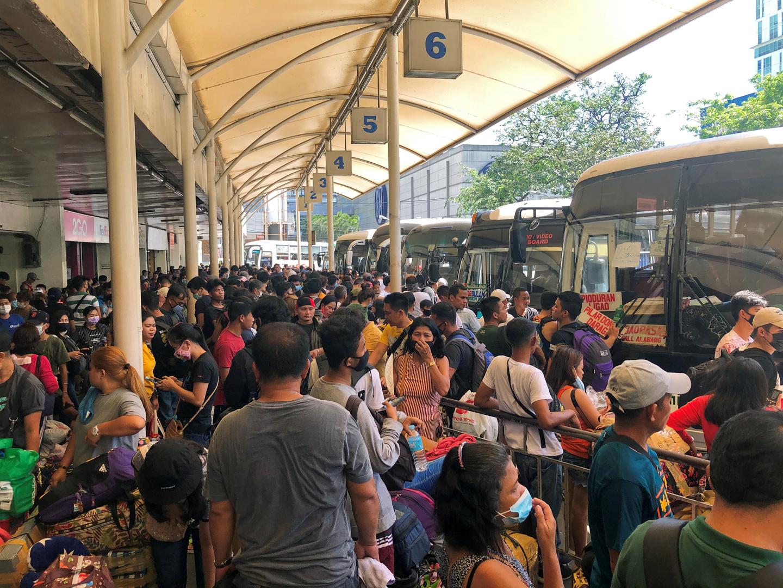 رئيس الفلبين يستجيب لنداء عمال عالقين ويمهل الحكومة أسبوعا