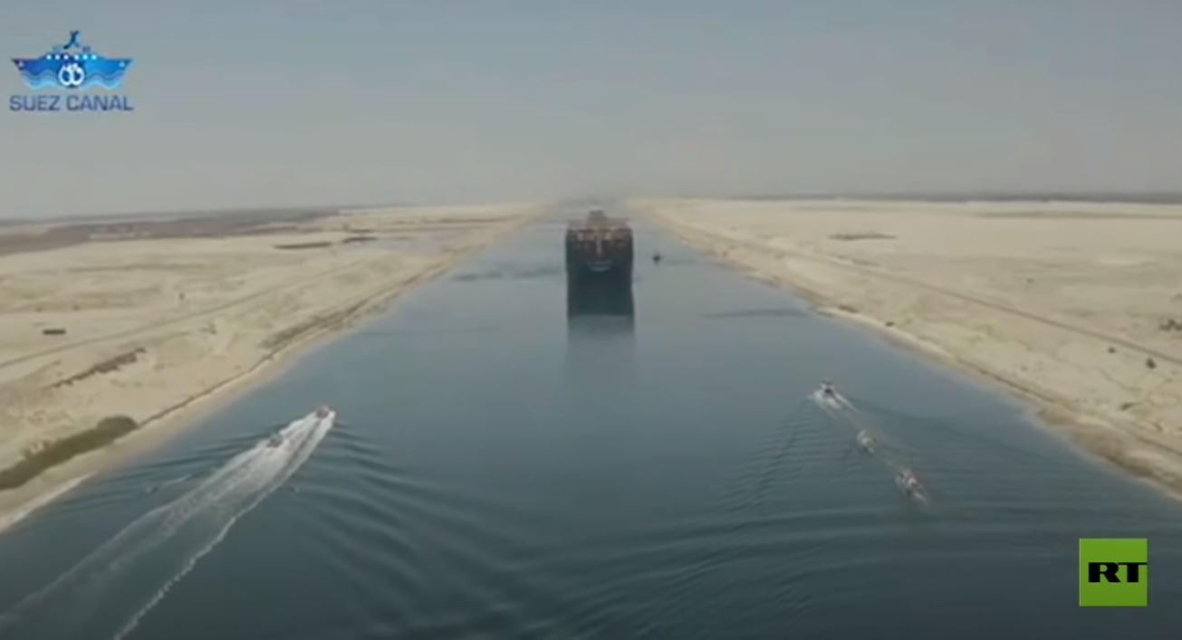شاهد.. أكبر سفينة حاويات في العالم تعبر قناة السويس