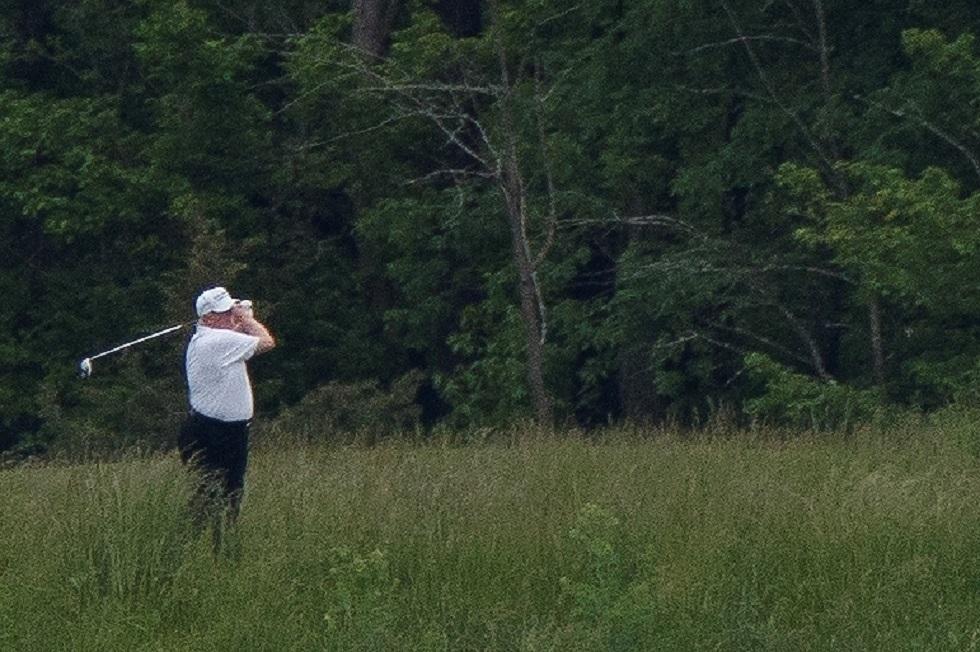 ترامب يدافع عن قراره لعب الغولف وسط اقتراب وفيات كورونا في بلاده من 100 ألف