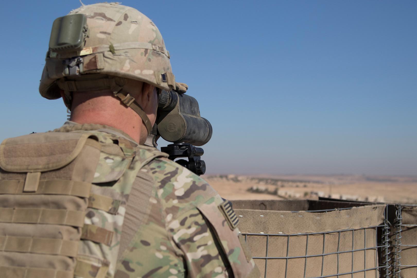 جندي أمريكي يراقب المنطقة في شمال سوريا