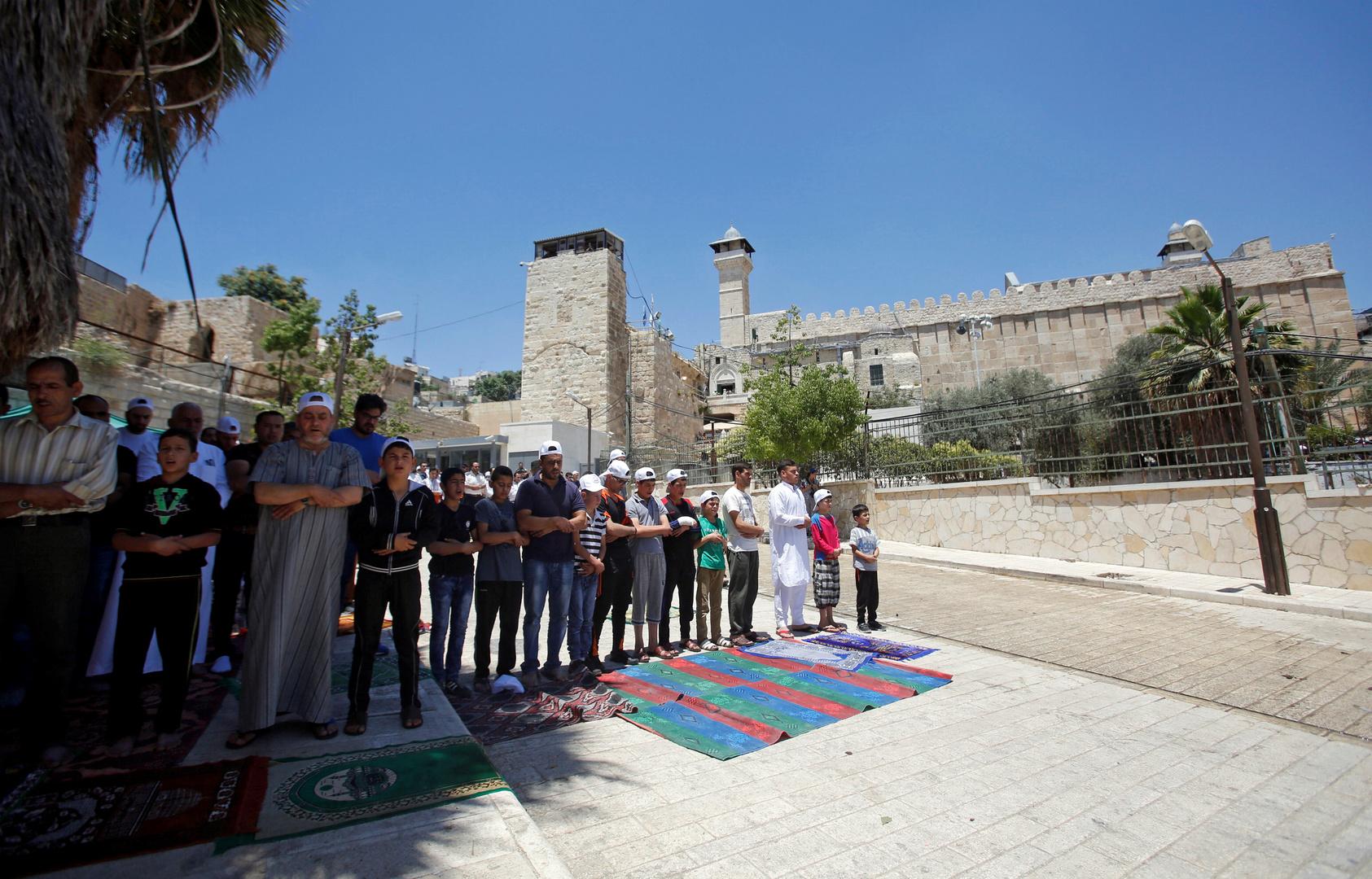 مصلون في الحرم الإبراهيمي