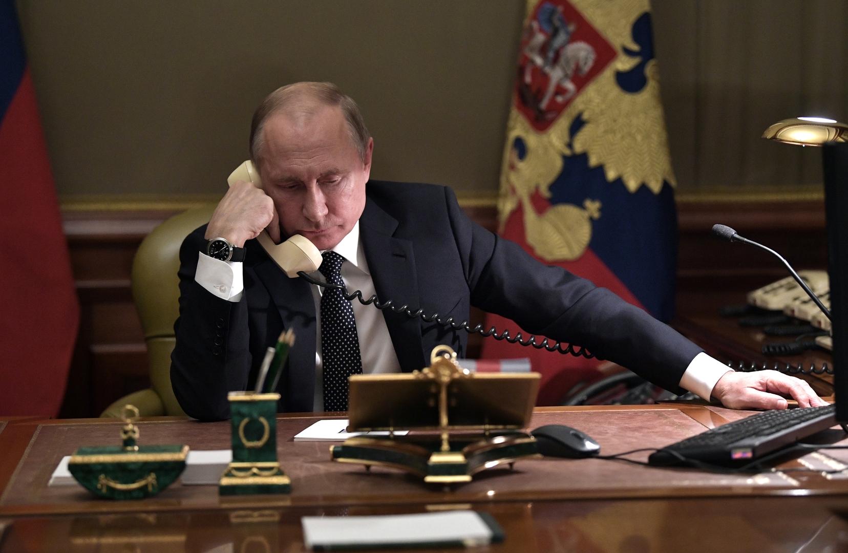 الرئيس الروسي فلاديمير بوتين يجري مكالمة هاتفية - صورة أرشيفية