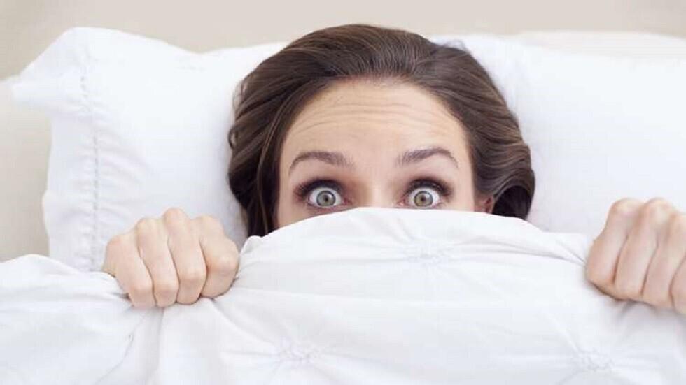 علامة تحذير يصدرها شريكك عند النوم قد تدل على إصابته بالخرف