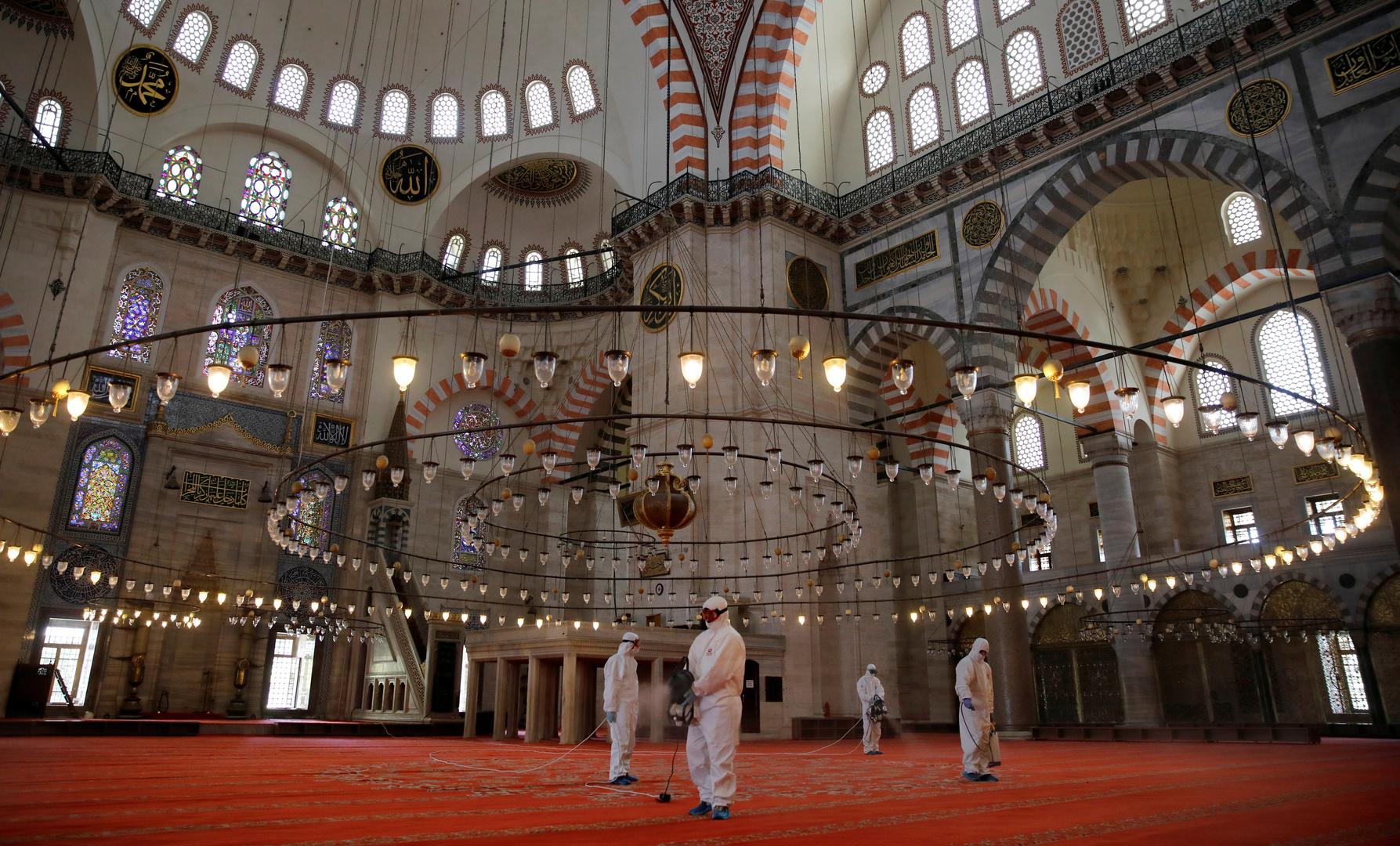 تركيا تفتح المساجد يوم الجمعة وتوزع لحوم مئات الأضاحي على المحتاجين