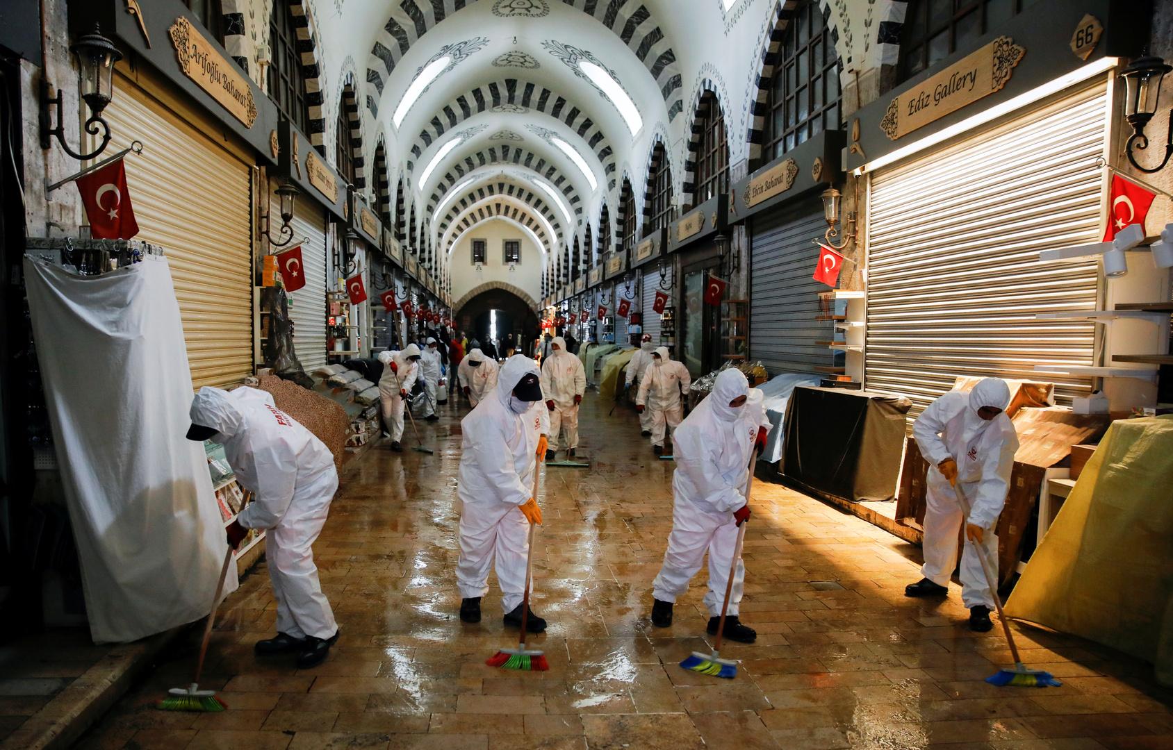 عملية تطهير صحي في السوق المصرية باسطنبول.