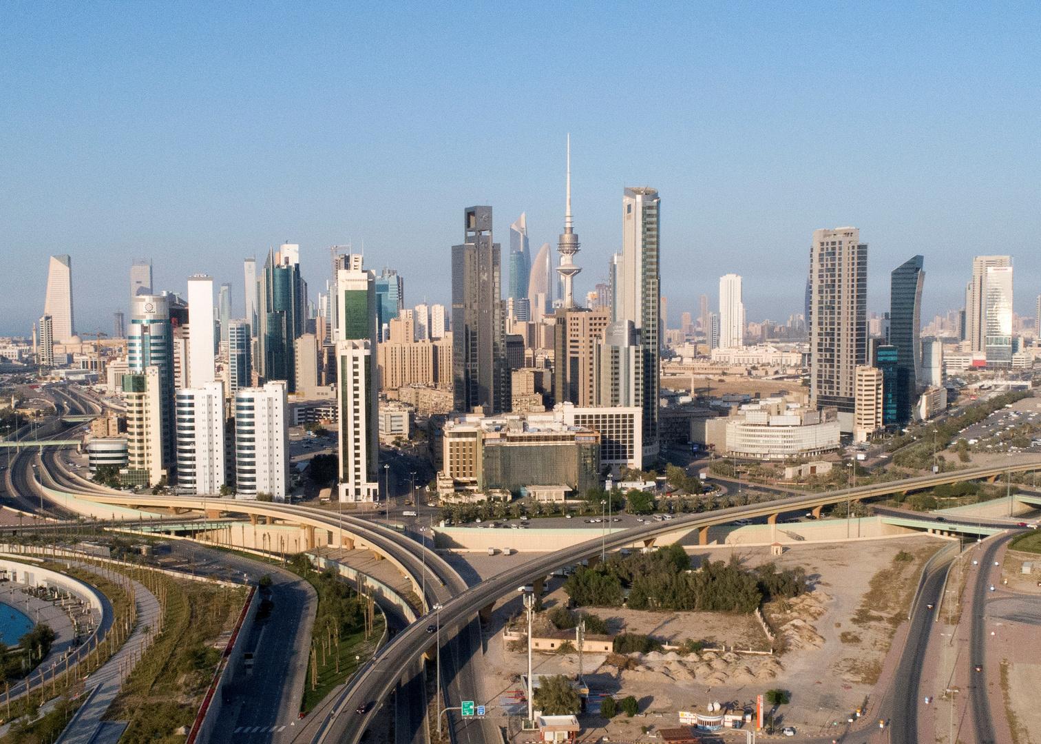 حكومة الكويت تعزل مناطق جديدة وتعلن اتباع خطة من 5 مراحل للعودة إلى
