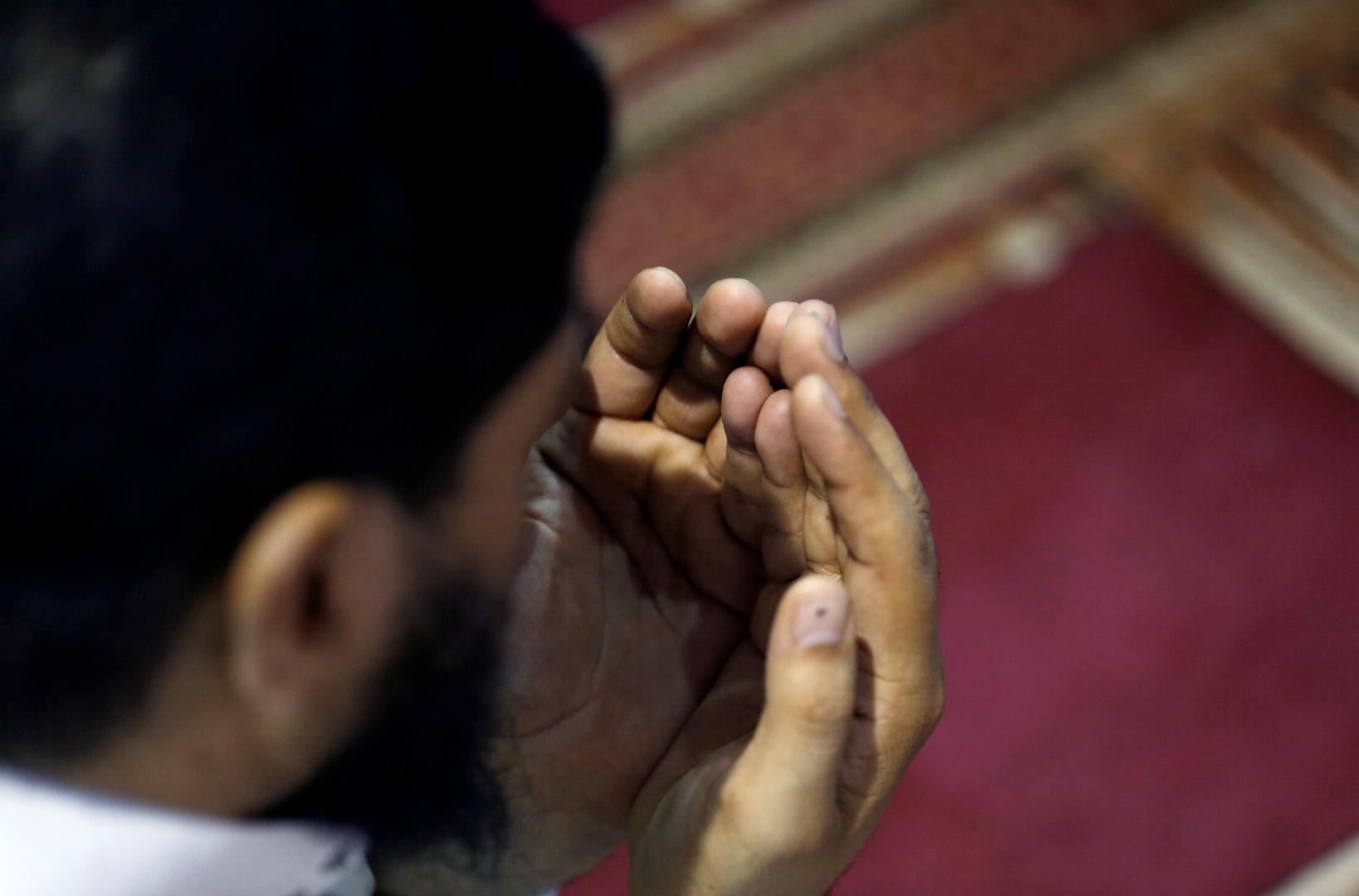رجل مصري يؤدي الصلاة، أرشيف