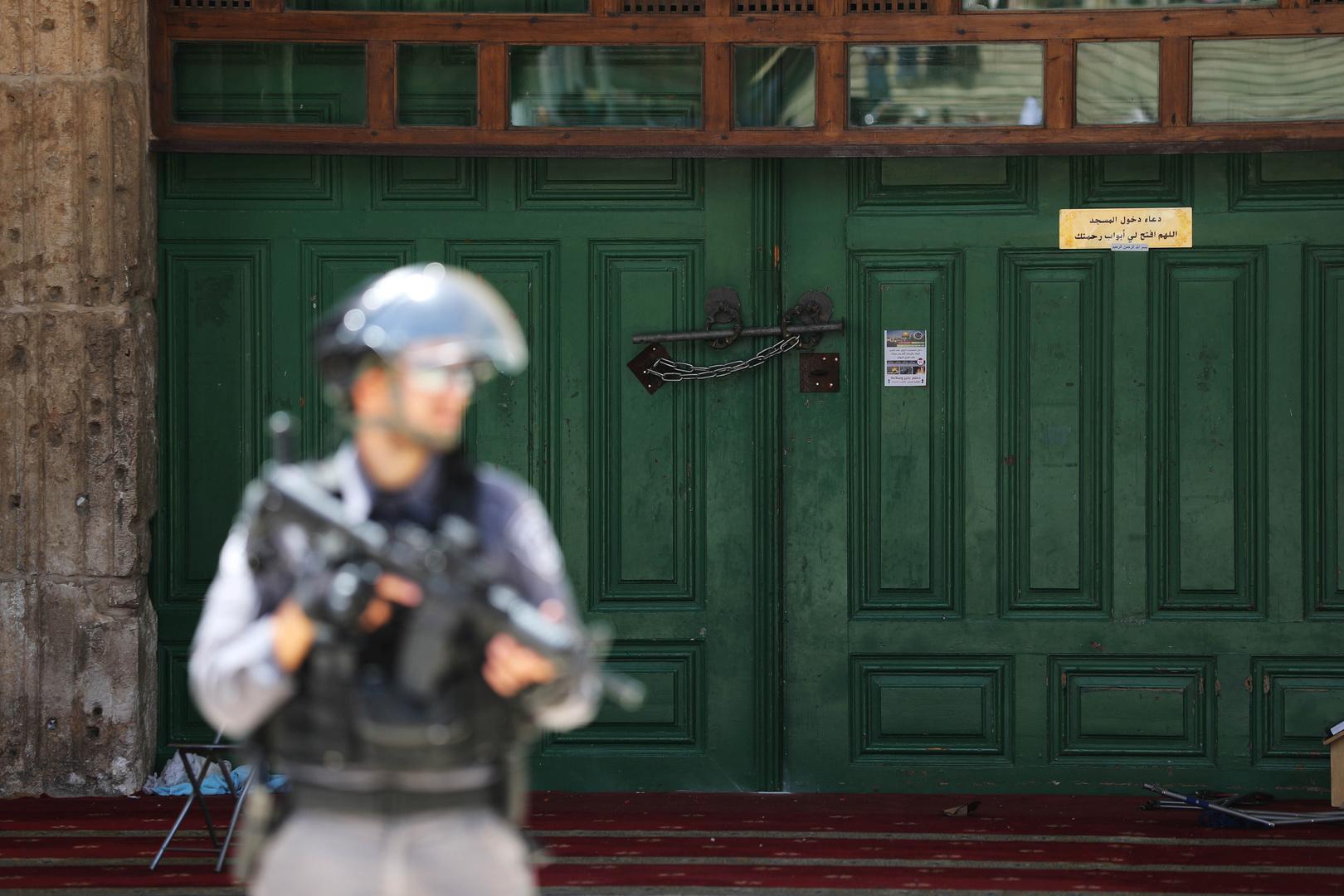الشرطة الإسرائيلية تمنع الصلاة في الأقصى وتسلم خطيبه قرار إبعاد لمدة أسبوع
