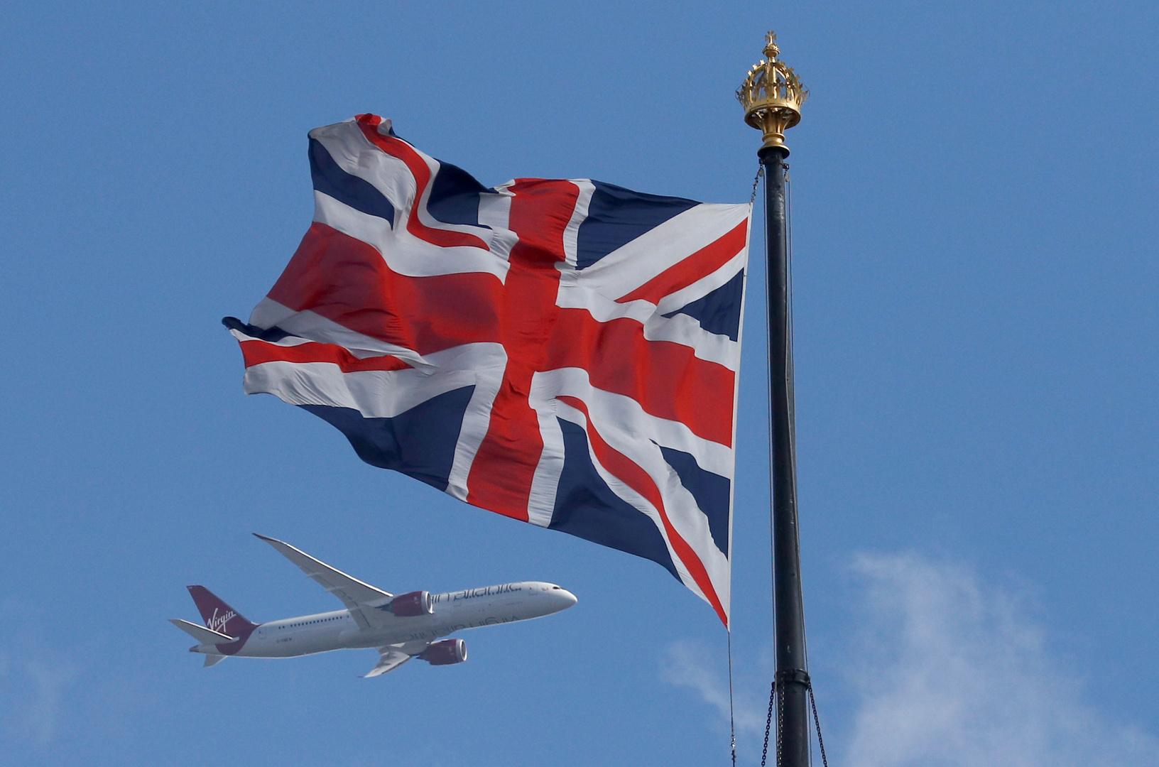 علم بريطاني على خلفية طائرة ركاب في لندن.
