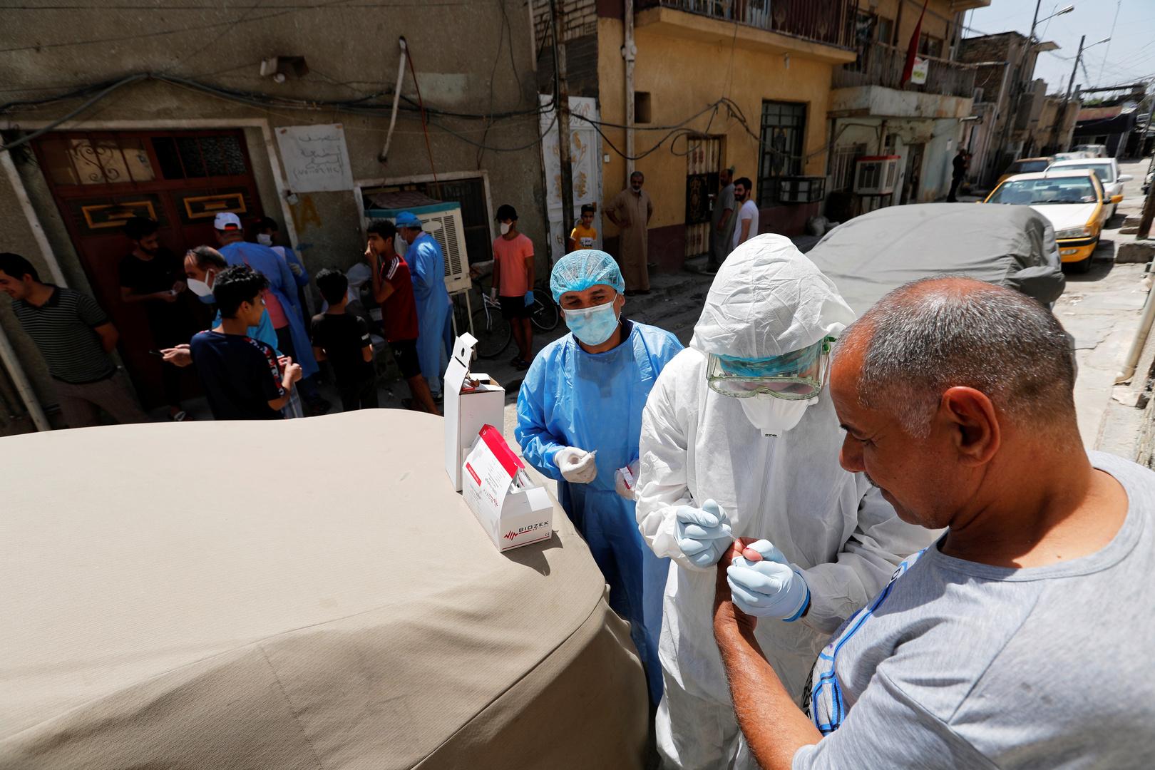 أخذ عينات دم في أحد شوارع بغداد ضمن إجراءات مكافحة فيروس كوروننا