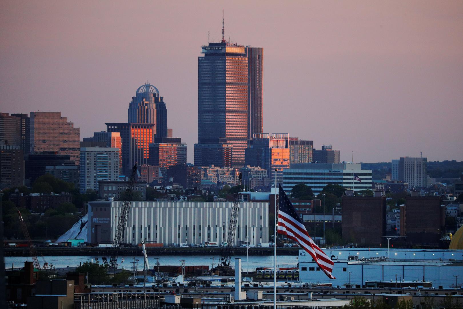 علم الولايات المتحدة على خلفية مدينة إيفيريت الأمريكية.